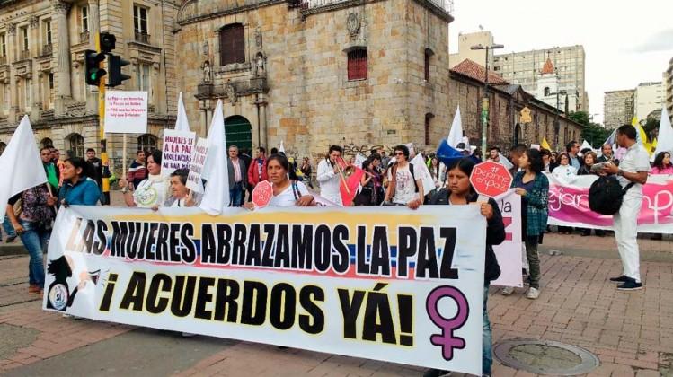 Mujeres-abrazando-la-paz-en-los-acuerdo-de-paz-udenar-periodico